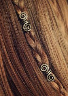 Wikinger-Perlen-SA • Bart Schmuck • Wikinger Schmuck • Viking Haar Perlen • Haar Schmuck • Bart Perlen • Dread Perlen • Haar Zubehör • Wikinger Kostüm Dieses Angebot ist für ein paar kleine Silber im Alter von (SA) Viking Haar Perlen, handgefertigt, ein paar zu einem Zeitpunkt. Ein schönes Stück für viele Bart und Frisuren wie Zöpfe und Dreadlocks! ARTIKELDETAILS: -Ungefähre Länge der Perle: 2 ½ cm (~0.984 Zoll) -Gewicht: 1 g (~ 0,002 Pfund) -Ungefähre Spirale Durchmesser: 7 mm (~0.27…