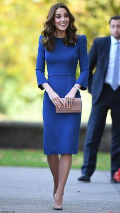 Duchess Kate: The Duchess of Cambridge Views Letters from Relatives Who Died During Looks Kate Middleton, Estilo Kate Middleton, Kate Middleton Outfits, Princess Kate Middleton, Kate Middleton Haircut, Kate Middleton Fashion, Pippa Middleton Style, Kate Fashion, Royal Fashion