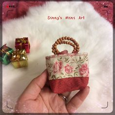1:6 miniature doll purse. Red bottom with beautiful flower body. The handle are made of wooden beads.  Very detailed Hand made high quality purse. Good for miniature collection. perfect for barbie  Size: 3*2.5 inches           7.5* 6.5 cm