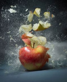 Exploding fruit and veg Martin Klimas photography. Who knew a simple apple could start the chaos? Movement Photography, Shutter Speed Photography, Fruit Photography, Macro Photography, Amazing Photography, Abstract Photography, Martin Klimas, Splash Fotografia, Fotografia Macro