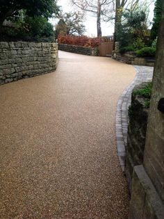 Shared Access Driveway in Resin and Blocks Shared Access Einfahrt in Harz und Blöcke Pebble Driveway, Resin Driveway, Driveway Paving, Stone Driveway, Walkway, Front Garden Ideas Driveway, Driveway Entrance Landscaping, Driveway Design, Garden Landscaping