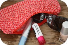 Easy rippled zipper pouch tutorial     {http://happyinred.blogspot.com}