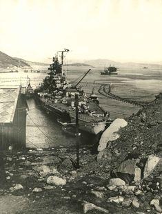 Motiv: Schlachschiff TIRPITZ akterfortøyet i Kåfjord før 22 sep 1943 = Babord låring