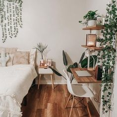 Veja aqui como montar o seu home office! #homeoffice #homeofficedecor #homeofficeapartamento #boho #bohodecor Room Ideas Bedroom, Home Decor Bedroom, Nature Bedroom, Bedroom With Plants, Desk In Bedroom, Bedroom Inspo, Nature Inspired Bedroom, Boho Teen Bedroom, Bedroom Balcony