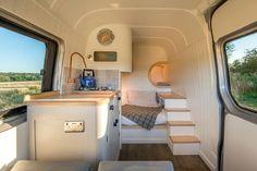 Un projet inspirant: un couple a aménagé une mini-maison dans une camionnette. Voyez les photos de cette incroyable transformation ici!