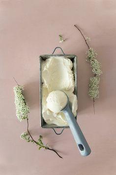 une recette glace maison suédoise avec de l'essence de sureau, recette de glace facile avec sorbetière