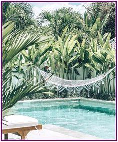 Awesome Minimalist Small Pool Design With Beautiful Garden Inside Design minimalista de piscina pequena e bonita com belo jardim por dentro Diy Swimming Pool, Swimming Pool Designs, Kleiner Pool Design, Piscine Diy, Backyard Hammock, Hammocks, Hammock Ideas, Pool Backyard, Small Pool Design