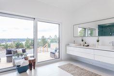L�nguddsv�gen 34 A | Per Jansson fastighetsf�rmedling Other Rooms, Double Vanity, Bathroom Lighting, Villa, Bathtub, Mirror, Furniture, Home Decor, Bathroom Light Fittings