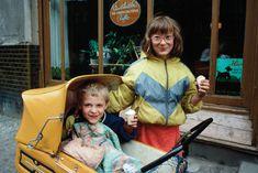 """In bunten Anoraks: Kinder essen in Eis in Prenzlauer Berg, 1986. Foto: aus dem Buch """"Goodbye Ostberlin. Fotografien 1986-1989"""" von Harald Hauswald © Lehmstedt Verlag 2016 / Agentur Ostkreuz"""