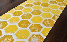 Make a sweet table runner with this DIY honeycomb table runner with our step by step tutorial - perfect for any bee themed party! Diy Centerpieces, Diy Party Decorations, Bumble Bee Decorations, Honeycomb Decorations, Mommy To Bee, Baby Shower, Bee Theme, Bees Knees, Table Runners