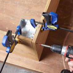 Woodworking Shop Project Assembly Aid — Tip from The Family Handyman - Get a hand from an electrical box when building a plywood box Woodworking Joints, Woodworking Workshop, Easy Woodworking Projects, Woodworking Techniques, Popular Woodworking, Woodworking Videos, Woodworking Furniture, Woodworking Shop, Woodworking Plans