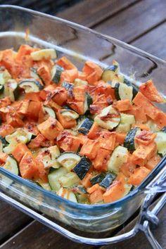 Gratin patate douce et courgettes Aujourd'hui je vous propose un gratin dont je tiens la recette de ma collègue adorée Sabine qui me manque beaucoup. Un vrai régal ce gratin que je réalise presque toutes les semaines. L'avantage d'utiliser l'Omnicuiseur... Salty Foods, One Pot Pasta, Buddha Bowl, Pasta Salad, Potato Salad, Salsa, Lunch, Vegan, Dinner