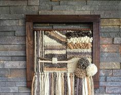 Made in Chile with wool, burlap, wood and driftwood from Lago Puyehue. It takes me three weeks to do it and three more weeks to arrive to you. Weaving Projects, Diy Projects, Weaving Wall Hanging, Wall Hangings, Patterned Carpet, Tapestry Weaving, Fabric Art, Knitting Yarn, Felt Art