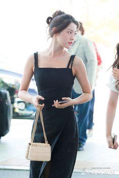 Most Beautiful KPop Girl Appears At The Airport! Korean Airport Fashion, Korean Fashion, Seolhyun, Fashion Idol, Girl Fashion, Kpop Girl Groups, Kpop Girls, Korean Beauty, Asian Beauty