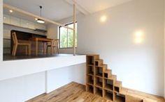 房子的基地在新興住宅,建蔽率只有30%的條件下,將建築物的樓梯置於房子中心,縮短動線增加結構的緊湊,創造開闊的室內空間。此外每間房間都有不同的地板七面、天花板高度及窗戶方向,試圖在單一建築體內創造不同的生活空間。 via 株式会社間宮晨一千デザインスタジオ