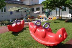 CARREIRE +++ L'accueil réservé aux enfants est de plain pied avec 3 espaces : bébés/moyens/grands. La crèche dispose d'une pataugeoire et d'un jardin arboré. Le projet se caractérise autour de trois axes fondamentaux : l'accueil, l'accompagnement et l'attention auprès des enfants et de leurs familles.