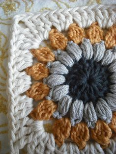 How to Crochet a Solid Granny Square - Crochet Ideas Purple Chair Crochet: Sunburst Granny Square (Free!) with hook size I Motifs Granny Square, Sunburst Granny Square, Granny Square Projects, Granny Square Crochet Pattern, Crochet Squares, Crochet Granny, Crochet Motif, Diy Crochet, Crochet Crafts