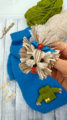 Easy pompom production Portrait of Ezra – Kitchenware Crochet Mouse, Crochet Yarn, Pom Pom Crafts, Yarn Crafts, Diy Crafts Vintage, Crochet Dog Sweater, Diy Crafts How To Make, Yarn Dolls, Diy Butterfly