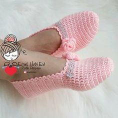 A Crochet Woman'sSlipper Pattern that everyone loves. This Crochet Boots Pattern is made with worsted weight yarn. Free Crochet Bootie Patterns, Crochet Boots Pattern, Crochet Shirt, Knitted Slippers, Crochet Slippers, Crochet Baby, Knit Crochet, Crochet Woman, Artisanats Denim