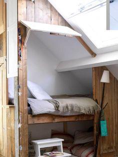 bed onder schuin dak Attic Rooms, Vintage Farm, New Room, Girls Bedroom, Beautiful Gardens, Bunk Beds, Kids Room, New Homes, Relax