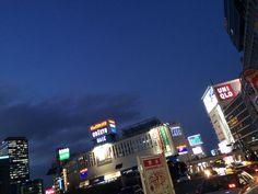 新宿西口の夕方。ネオンが綺麗だった。