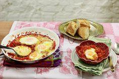Shakshuka em Israel, ovos e tomates viram Huevos rancheiros no México ou Le uova in purgatorio (Ovos no purgatório) na Itália. Chame o prato como quiser! Mas não deixe de provar. As gemas moles, que explodem sobre o molho de tomate com pimentão, são na verdade um pedacinho do paraíso.