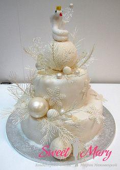 Великолепный новогодний торт в три яруса. Новогодние шары и снежинки!