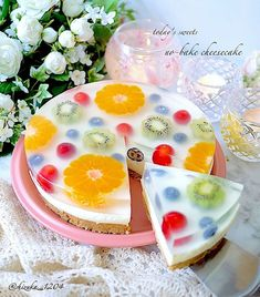 A Lemon Tart centerpiece, decorated with seasonal, thematic flowers. Who wouldn't love this spring dessert? Jello Recipes, Cake Recipes, Dessert Recipes, Jelly Desserts, Cute Desserts, Yummy Treats, Sweet Treats, Yummy Food, Jelly Cake