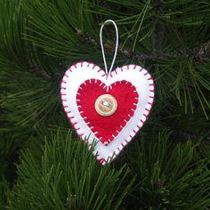 Vánoční+ozdoba+-+srdíčko+Vánoční+ozdoby+na+stromeček+či+milý+dáreček+jsou+vyrobeny+z+hnědého+a+červeného+filcu+a+vyplněny+vatou.+Výška+ozdob+je:+srdíčko+8,5+cm.+Zavěšeno+na+bílé+voskované+šňůrce.