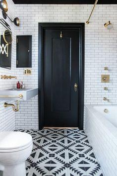 carrelage noir et blanc, petite salle de bain, porte noire, un lavabo et une baignore blanche