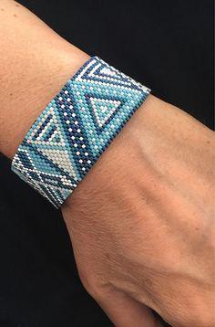 Bracelet bleu-vert représentant des figures géométriques Perles Miyuki ... bleu-vert et vert bouteille blanc - argent Tissage fait main au point de peyote embouts tube cintre 26mm argent prémium fermoir argent Diamètre de tissage 14 cm - avec le fermoir convient a un poignet de 16 à