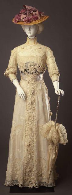 Day dress with lace applications, by Sartoria Ida Giraldi Masolini, Florence, c. 1910, at the Pitti Palace Costume Gallery. Via Europeana Fashion.