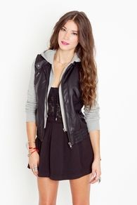 This is a cute look...edgy. I like :)