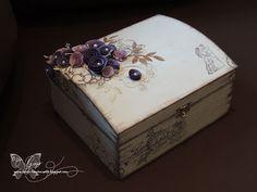 Box für Hochzeitskarten, Box, Hochzeit, Aufbewahrung, Acrylfarbe weiß, bestempelt, Stempel, Viva Decor, Papierblumen, Papierrosen, Rosen, Papier, Shabby - Chic, Vintage, lila-weiß, handgemacht, selbstgemacht, handmade, hand-crafted, hand crafted, DIY, Box, Schatztruhe, stamps,