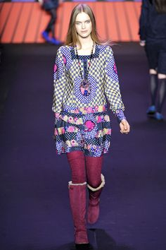Anna Sui Autumn/Winter 2011 Ready-To-Wear Collection  Anna Sui, whose Ballet Russes-inspired collection provided a fresh, graphic spin this classic, oft-cited style. Sui's collection achieved a modern balance; visually extravagant yet grounded in wearable silhouettes for contemporary women.