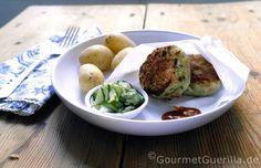 """Fischfrikadellen """"Nordisch by Nature"""" mit Pellkartoffeln und Gurkensalat"""