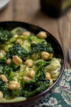 una zuppa calda e nutriente con la scarola e i ceci per scaldarci in queste fredde giornate