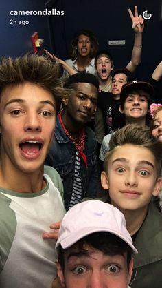 Oooohhhh awwww Johnny so cute lol Magcon Boys 2016, Magcon Family, Cameron Alexander Dallas, Cameron Dallas, Hayes Grier, Nash Grier, Macon Boys, Johnny Orlando, Brandon Rowland