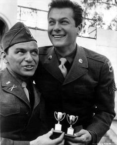 Frank Sinatra and Tony Curtis on the set ofKings Go Forth in 1958