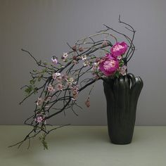 Ikebana of Soho Sensei Ikebana Flower Arrangement, Ikebana Arrangements, Modern Flower Arrangements, Arreglos Ikebana, Ikebana Sogetsu, Fleur Design, Japanese Flowers, Flowers Nature, Exotic Flowers