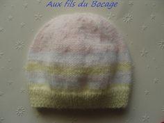 e1690e22a6dc Décoration de Noël. Lot de 5 mini bonnets avec grelot réalisés au tricot  avec de la laine verte et blanche. Dimension   cm. Pour décorer le sapin de  Noël.