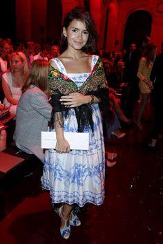 Miroslava Duma. En el desfile de Elie Saab, con vestido estampado y un chal sobre los hombros.