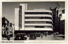 Plaza Sotomayor, 1940 - in Valparaíso - Wikimedia Commons Santa Lucia, Branches Of Art, Streamline Moderne, Art Deco Buildings, Welcome To The Party, Waiting For Her, Back In Time, Skyscraper, Multi Story Building