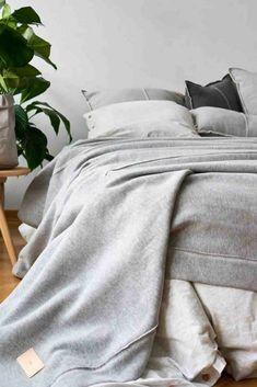 Grijs is een mooie kleur voor je slaapkamer, rustig en sereen. Met lichtgrijs in je slaapkamer hou je het rustig. Deze lichtgrijze sprei is gemaakt van tricot katoen, dat is zeg maar t-shirt/jogging stof. Heerlijk zacht en warm en prikt niet. Met een sprei kleed je je slaapkamer netjes aan. Maar hij is ook functioneel want je gebruikt een sprei ook als extra deken als het koud is. Heerlijk warm over je dekbed. Deze grijze sprei is in Nederland exclusief verkrijgbaar bij webshop…