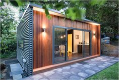 Inoutside is an Australian company that specializes in pre-fabricated backyard offices. The way we work nowadays is changing, with more people choosing to work from home thanks to advances in computer and networking technology. The new concept of liv Container Home Designs, Container Cabin, Backyard Office, Backyard Studio, Garden Office, Office Pods, Studio Shed, Shipping Container Homes, Prefab Homes