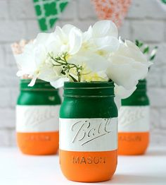 Love these rustic looking painted mason jars, with green white and orange for the Irish flag. Great for St Patrick's Day decor! Deco St Patrick, Fete Saint Patrick, Gold Mason Jars, Mason Jar Crafts, St Patrick's Day Decorations, St Patrick's Day Crafts, March Crafts, Spring Crafts, Diy Crafts