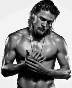 Charlie Hunnam ~ Jax Teller ~ Sons of Anarchy.okay I'm tryng to warm up to him as Christian Grey.I think I'll be okay. Christian Grey, Brad Pitt, Pretty People, Beautiful People, Man Candy Monday, Charlie Hunnam Soa, Black Dagger Brotherhood, Look Man, Jax Teller