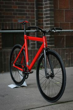 Daamn.. I always wanted a leader 725 frame.. The red would fit my shoes too.. :D