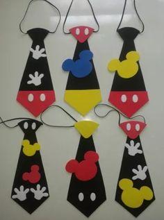 Mickey Krawatten in Foami Cotillones: Mickey Krawatten in Foami Cotillions: Mickey Mouse Crafts, Fiesta Mickey Mouse, Mickey Mouse Clubhouse Birthday, Mickey Mouse Birthday, Mickey Minnie Mouse, Disney Crafts, Theme Mickey, Mickey Party, Minnie Mouse Party