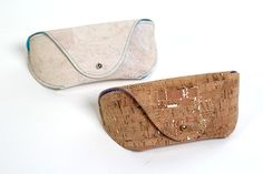 Sew a stylish DIY Glasses Case with this free pattern! It is a quick sew and offers optimum protection for your glasses. It can be sewn in Cork fabric. Diy Leather Glasses Case, Diy Glasses, Trash To Couture, Leather Bag Pattern, Diy Bags Purses, Diy Mode, Cork Fabric, Sewing Patterns Free, Sunglasses Case